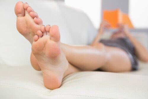 спасть с поднятыми ногами для облегчения варикоза